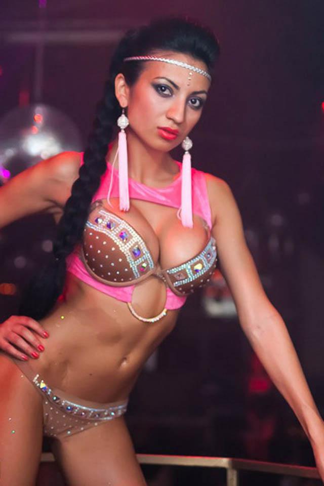 Танцовщица гоу-гоу Гюнэль